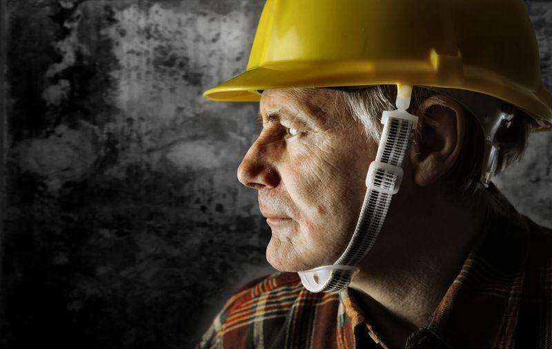 建筑工人戴着安全帽