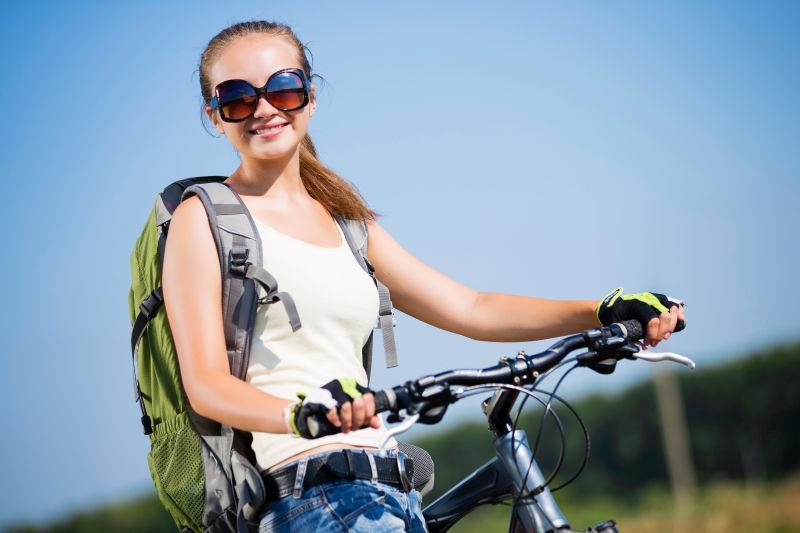 户外推自行车微笑的美女