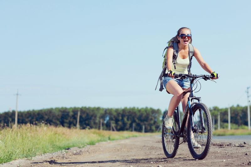在户外骑自行车放松的美女