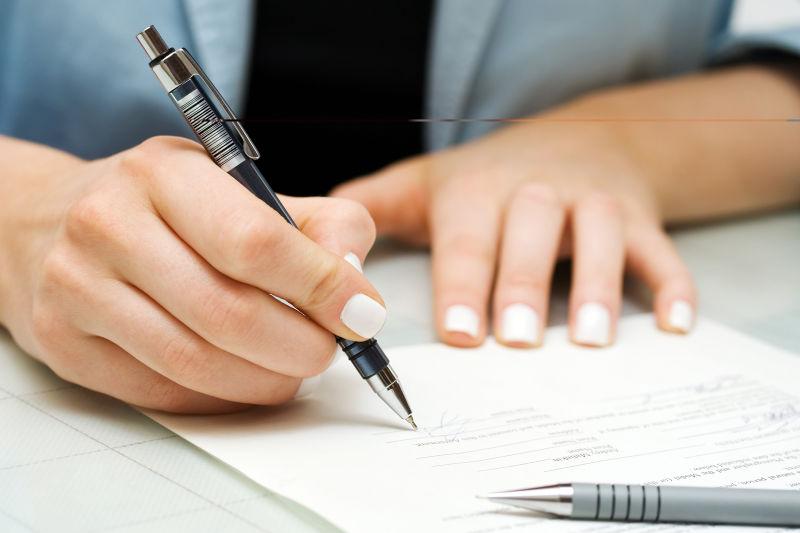 女商人签署合同