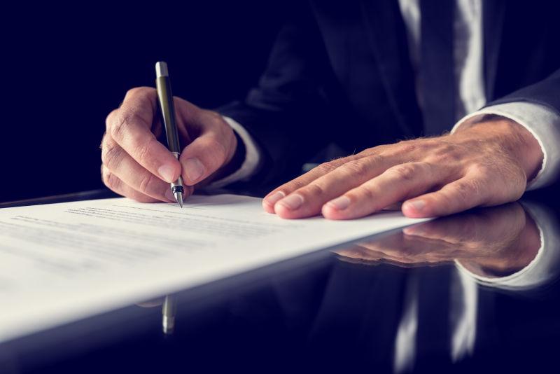复古形象的律师签署了重要的法律文件