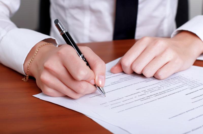 某人手中签署一份重要文件