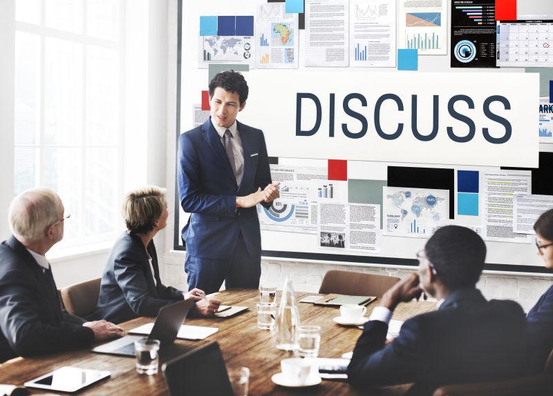 讨论商业战略方案的合作团队