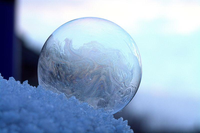 雪地上被冻的肥皂泡泡