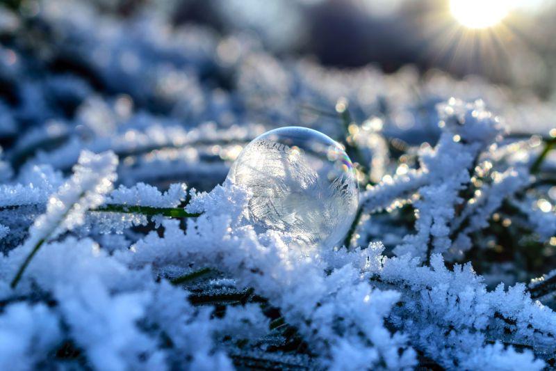雪地上的水晶球