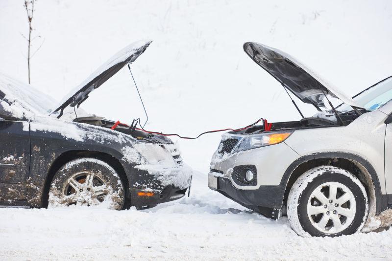 雪地里互相充电的两辆汽车
