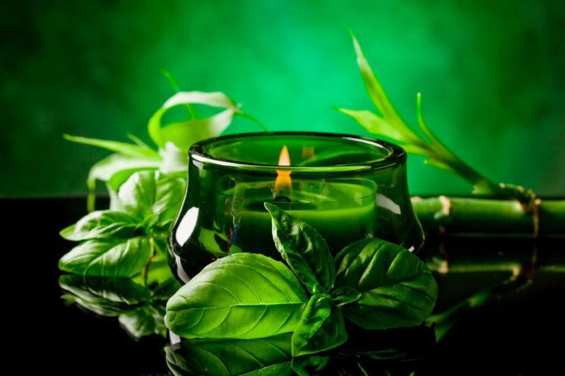 桌子上的蜡烛和茶叶还有一节竹子
