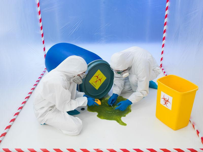 防化服人员处理生物危害化学品泄漏
