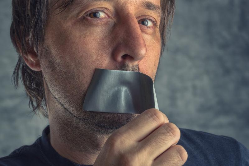 撕开嘴上胶带的男人