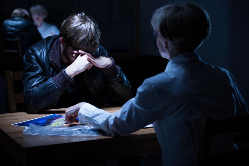 少年罪犯正在哭泣