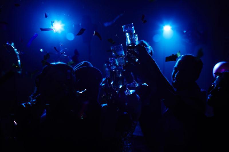 在俱乐部里享受夜宴的年轻人