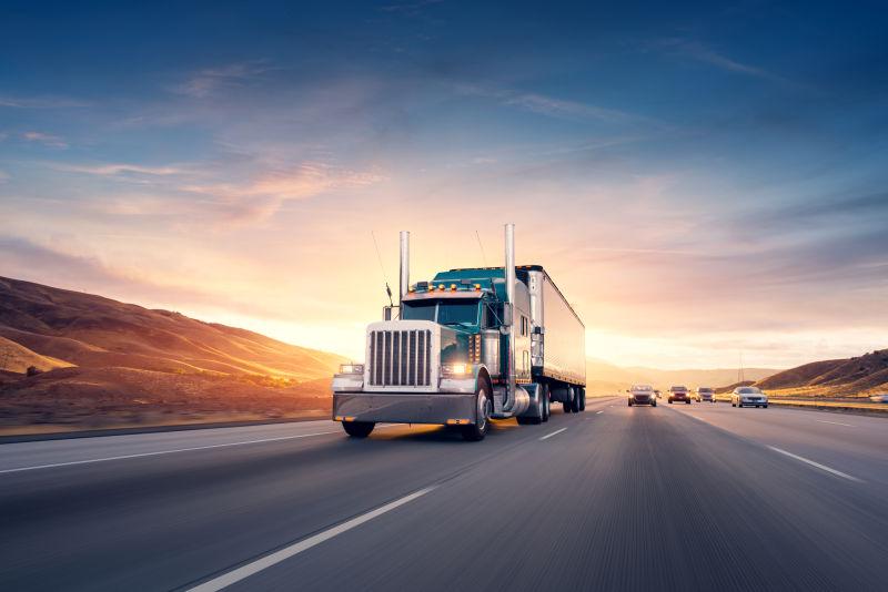 行驶在公路上的美式卡车