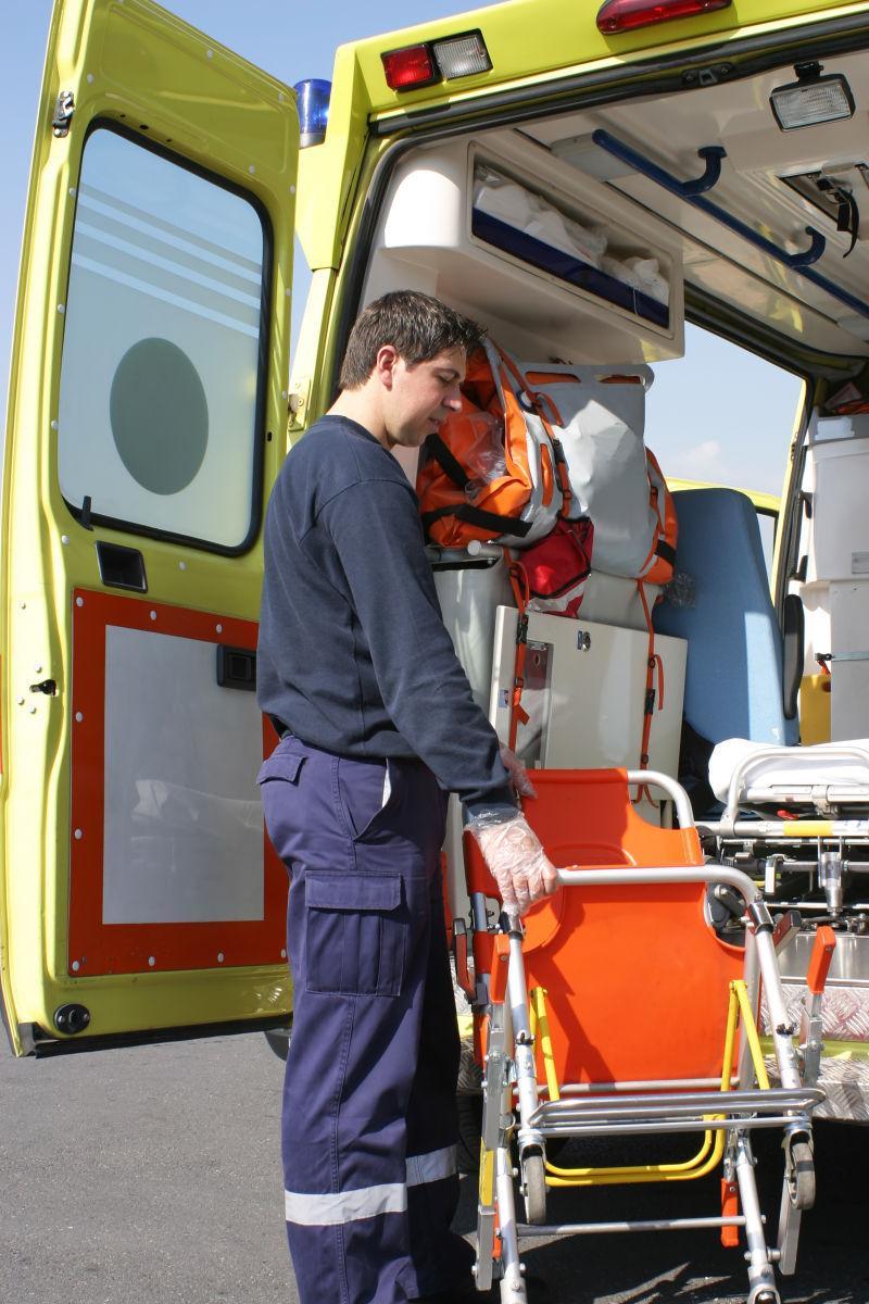 在救护车前整理担架的救援人员