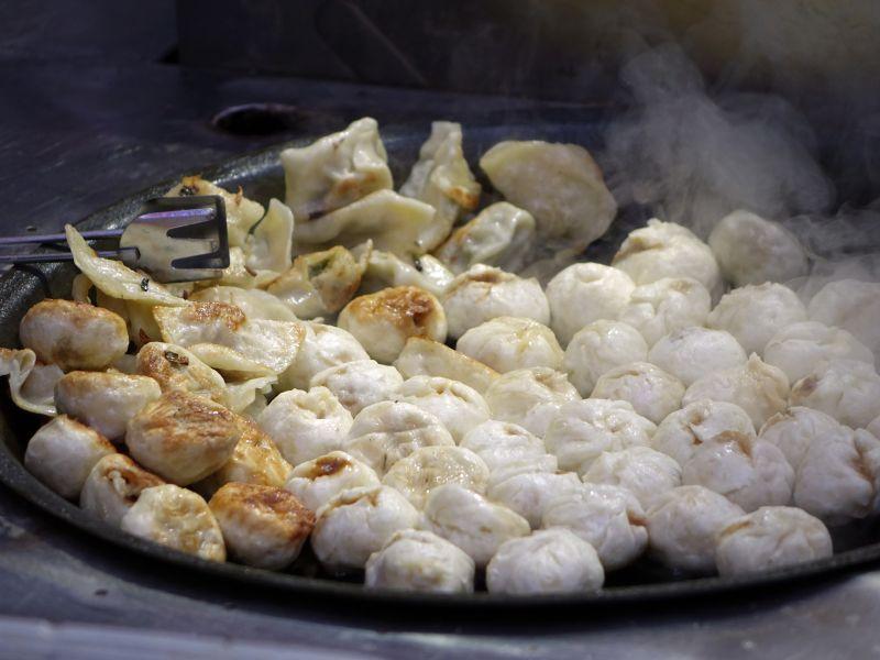 放在锅里煎的饺子和包子