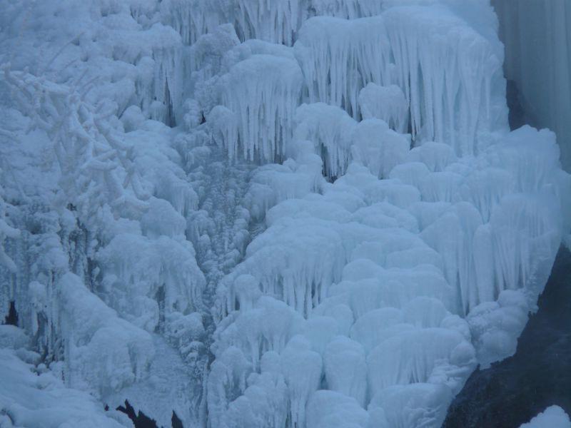岩石上的美丽冰柱瀑布