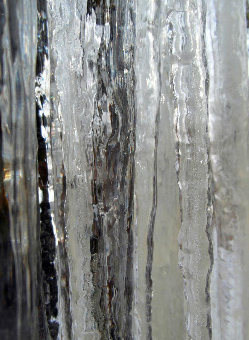 反射着七彩光芒的透明冰柱