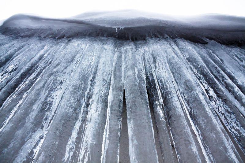 垂挂着的圆形冰柱