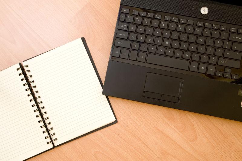 笔记本电脑旁边的记事本