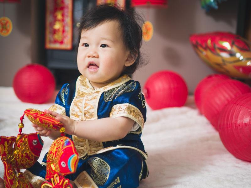 婴儿开心的玩着春节的装饰品