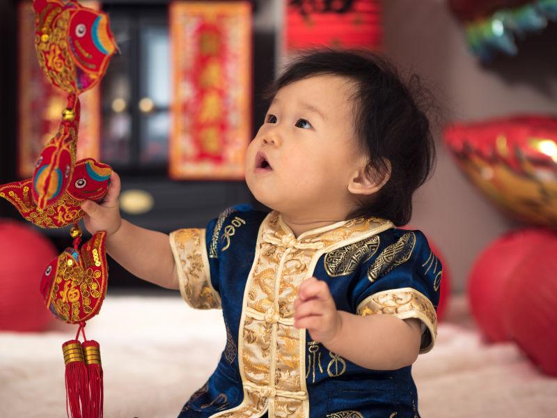 婴儿拿着春节装饰品