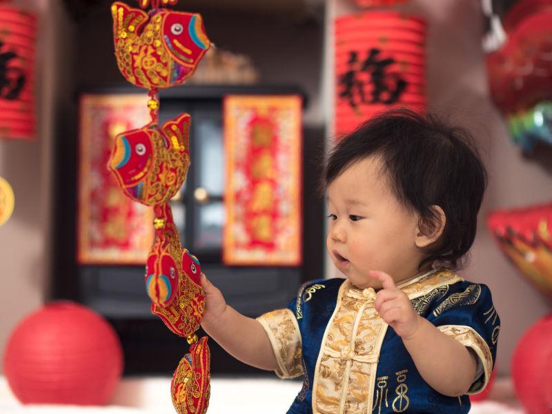 婴儿玩着春节的挂件装饰