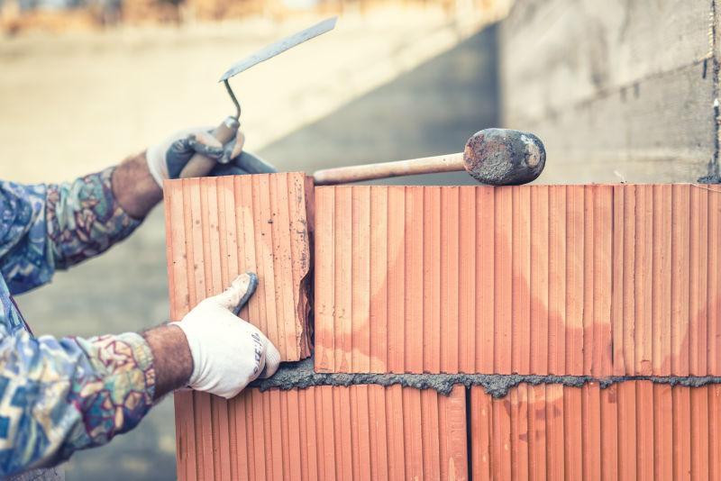 建筑工人正在砌墙