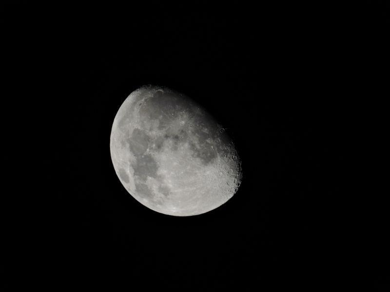 黑暗天空中的月亮