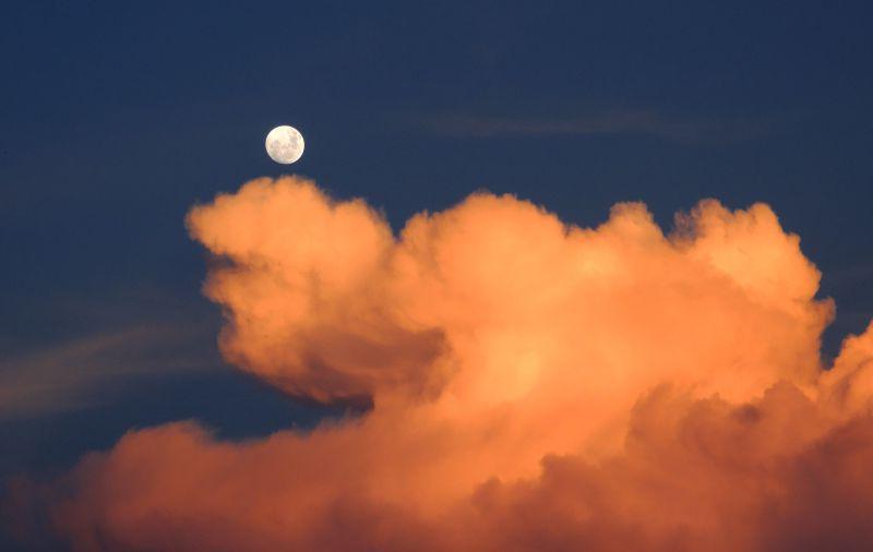 橘黄色云朵上的月亮