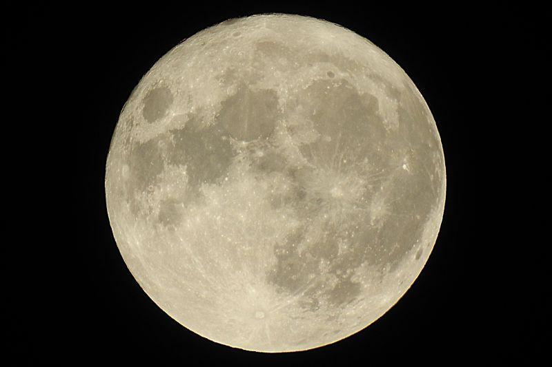 黑暗中的满月