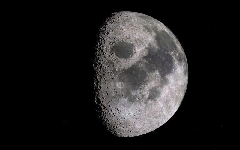 黑色背景前的一半月亮