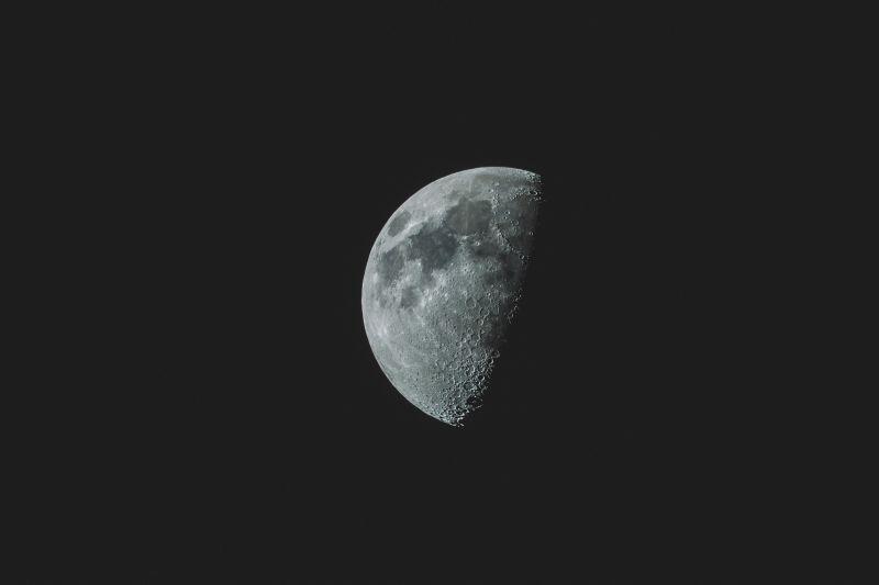 黑色背景前半边的月亮