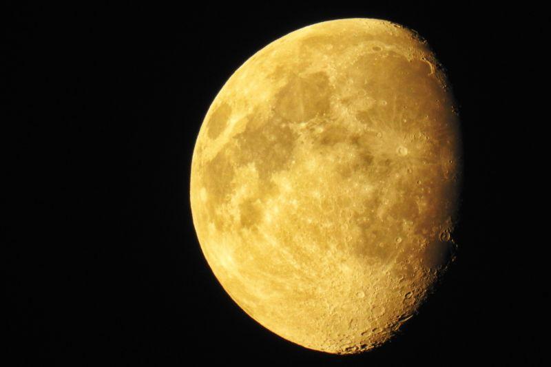 黑色背景前的半边月亮