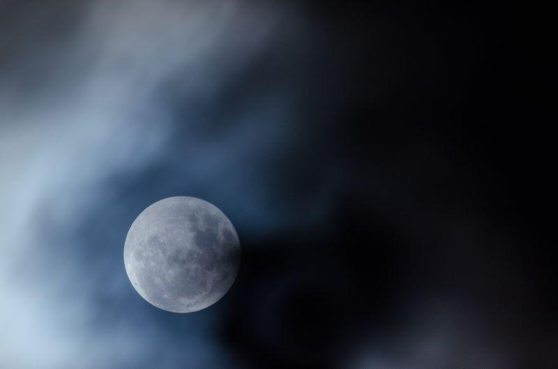 黑色环境中的月亮