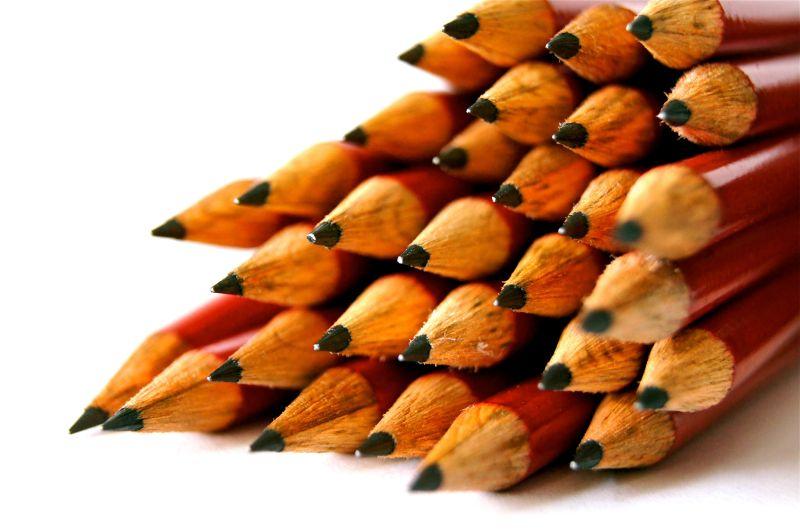 一捆被削尖的彩色铅笔