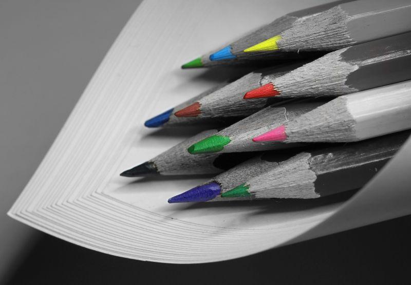 灰色的画面与彩色铅笔头