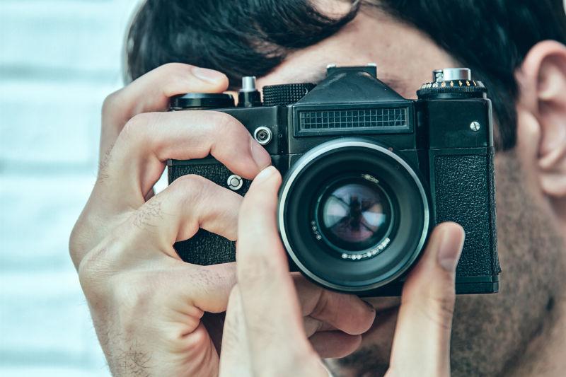 拿着相机的专业摄影师