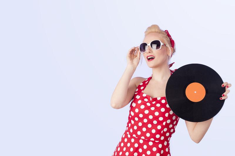 拿着唱片的美女