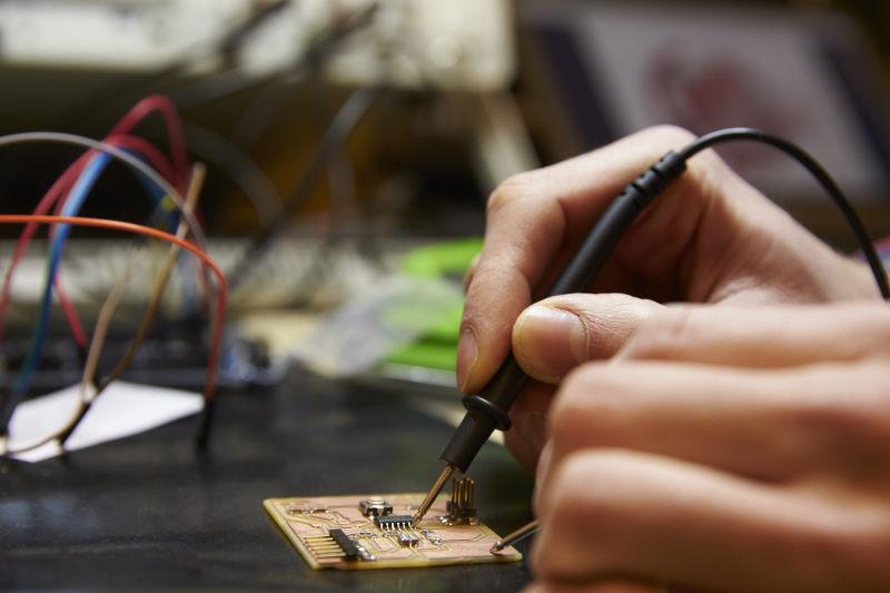 电气工程师焊接电路板