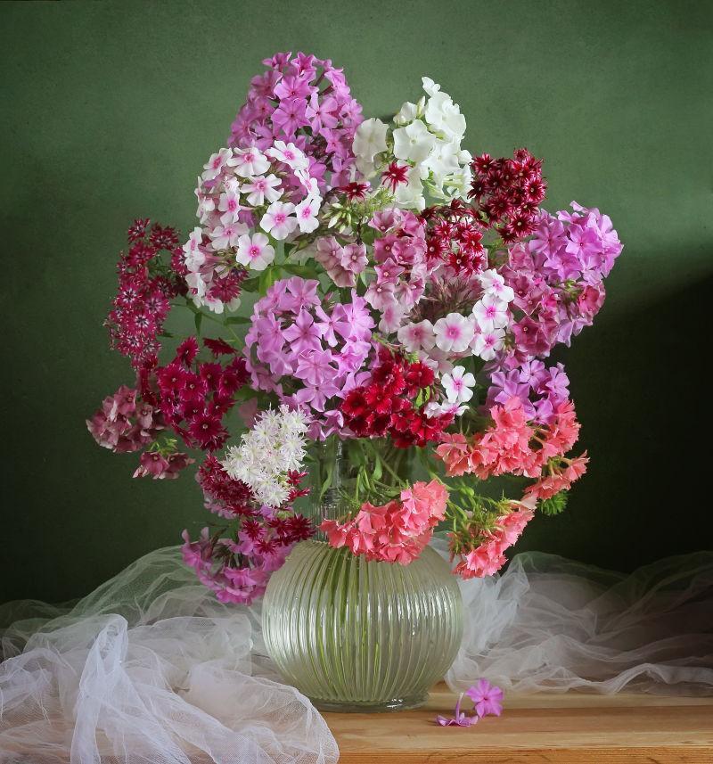 桌子上玻璃中的美丽花束