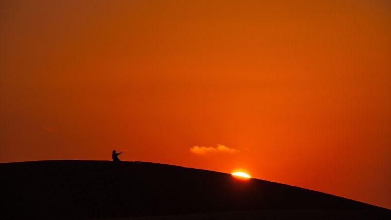 日落时的红色天空和大地剪影