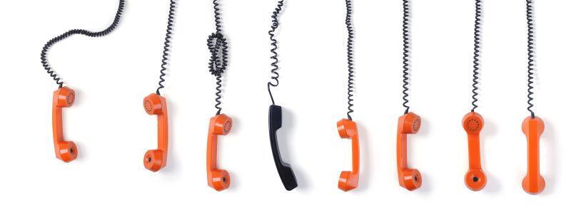 白色背景中的排列的复古电话