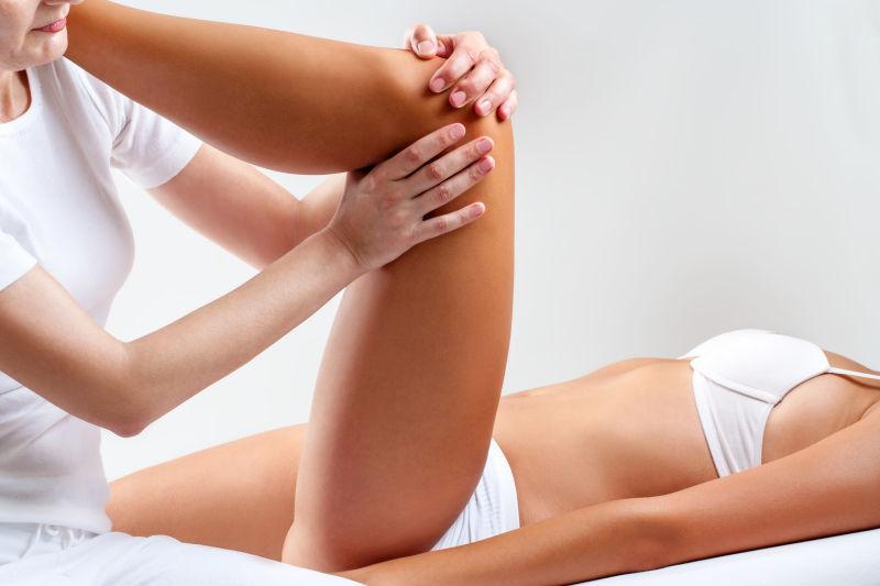 腿部关节按摩的女人