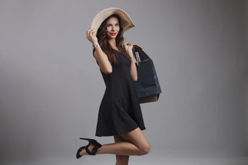 在演播室拍摄的带购物袋的女人