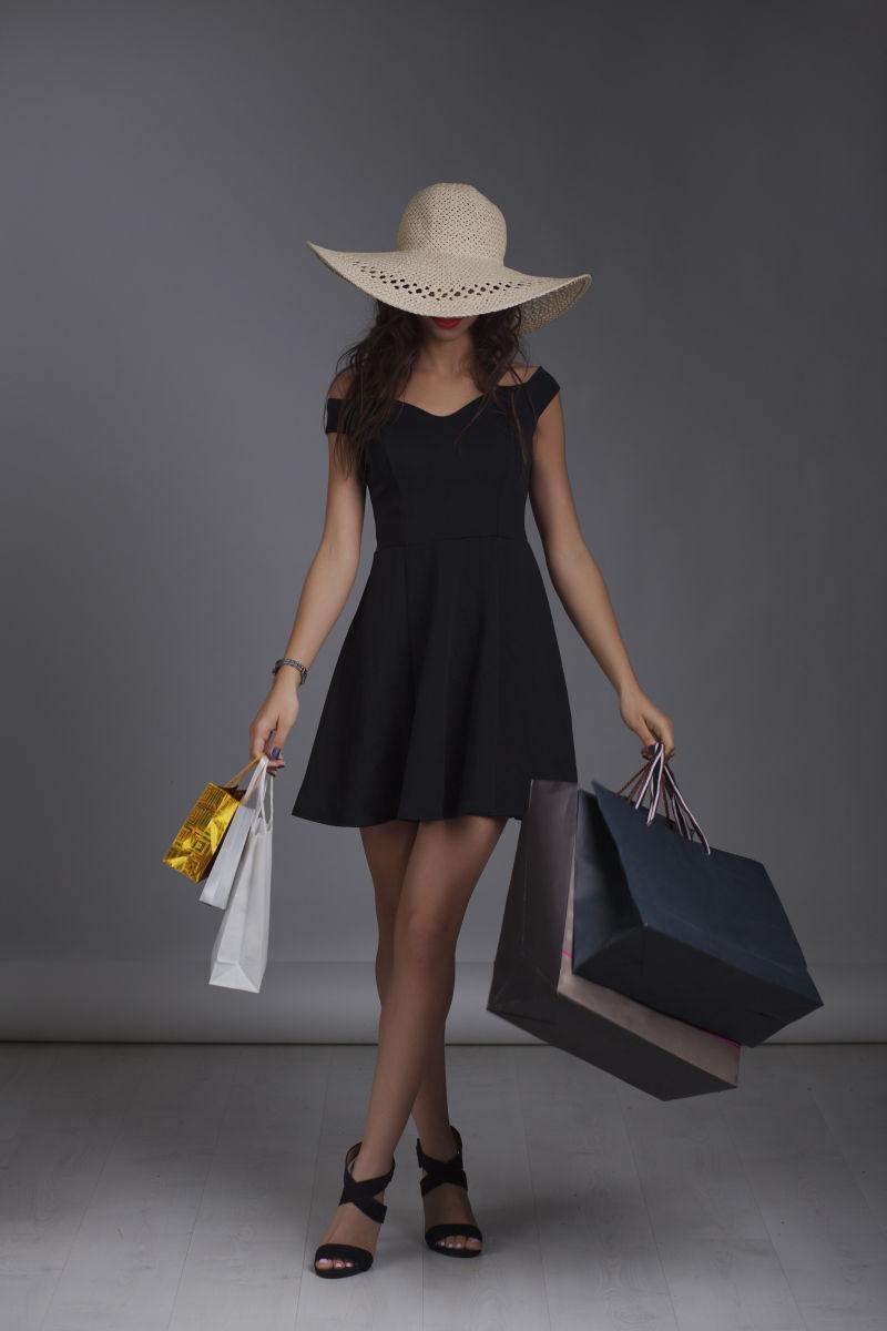 在演播室拍摄的拎着购物袋的美女
