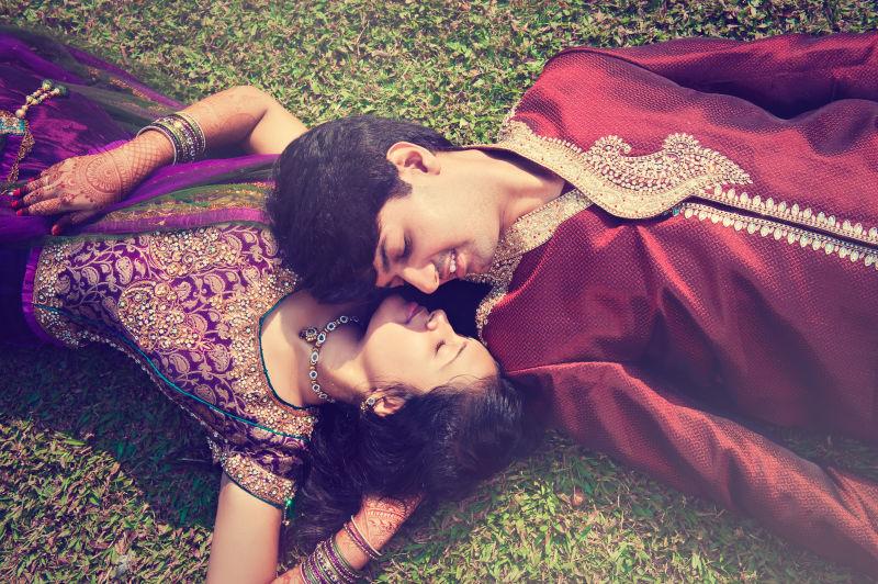 印度夫妻躺在草地上