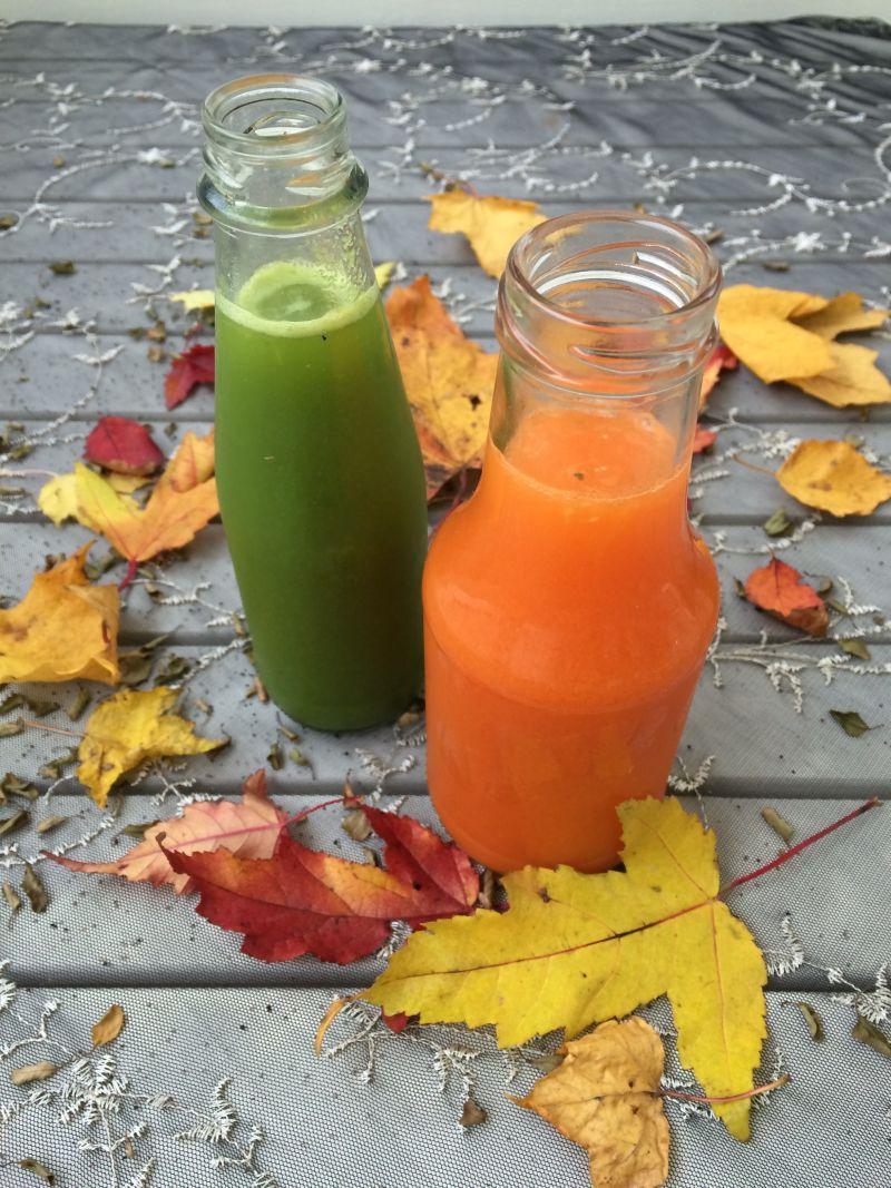 绿色和橙色果汁和落叶