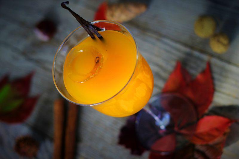 高脚杯里的橙色果汁
