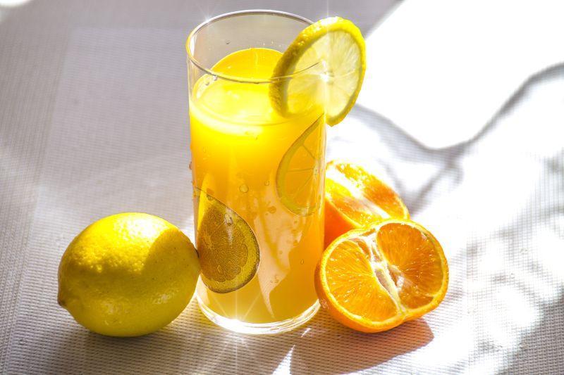 桌子上的柠檬和橙子果汁