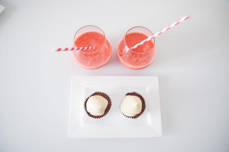 两杯西瓜汁和甜点