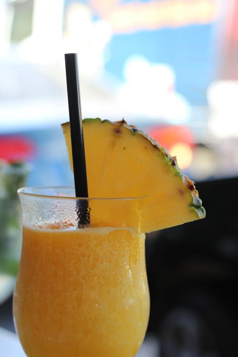 杯子里的新鲜菠萝汁